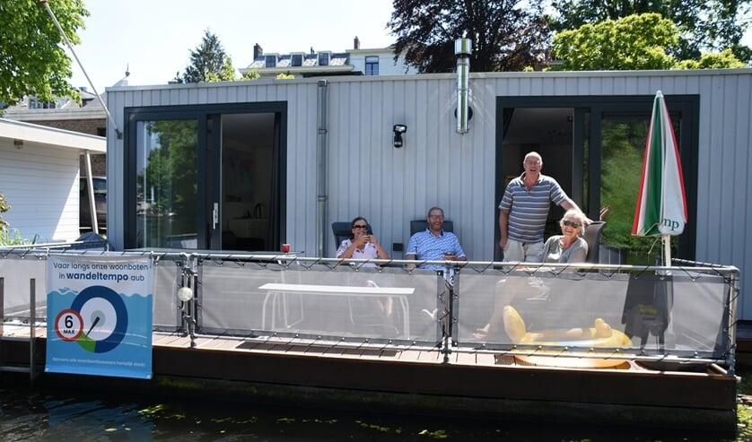 <p>Leidse woonbootbewoners vragen om langzaam te varen. Tekst en foto: Emile van Aelst. Bron: Sleutelstad.nl</p>
