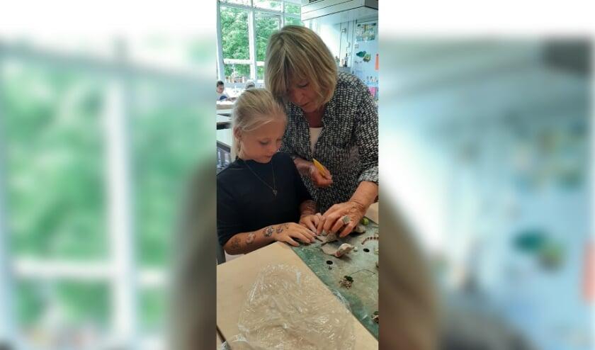 <p>Oud VKK-voorzitter Mieneke de Beus legde de kinderen van de Fortgensschool uit wat onder kunst verstaan wordt. &nbsp;</p>