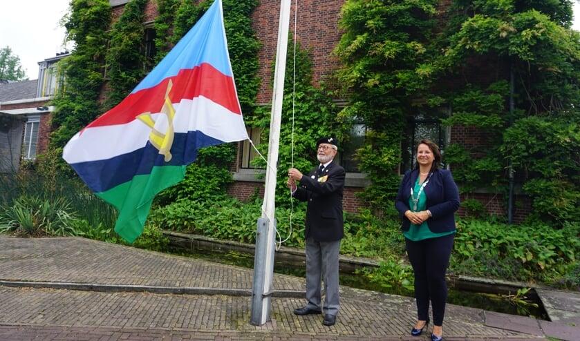 <p>Veteraan Hans Dijker hees vanmorgen de veteranenvlag, samen met burgemeester Stemerdink.&nbsp;</p>