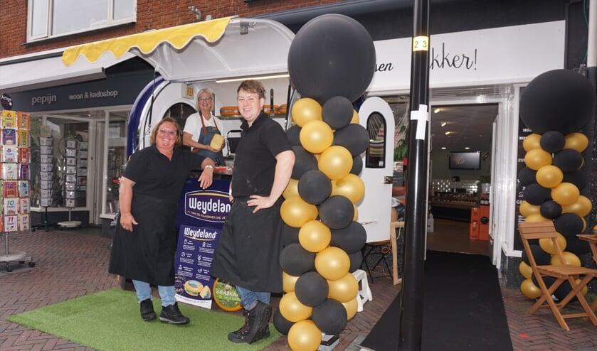 <p>Vandaag staat een bijzondere foodtruck in de Schoolstraat bij speciaalzaak Lekker! Kaas & Delicatessen van Anja van Veen en Marco de Vos. Foto: VSK</p>