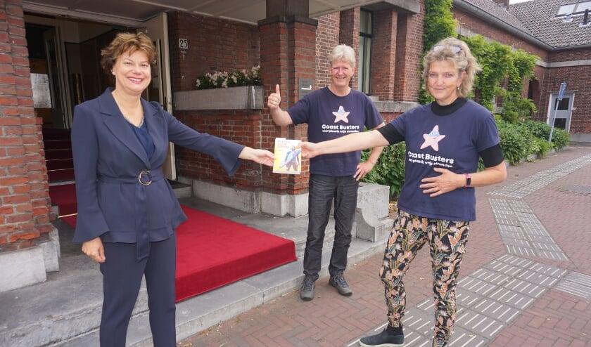 <p>Wethouder Erika Spil kreeg van Coast Busters Louis van Schie en Claar-els van Delft het boek Plastic Soup Surfer overhandigd als dank voor haar inzet bij de organisatie.&nbsp;&nbsp;</p>