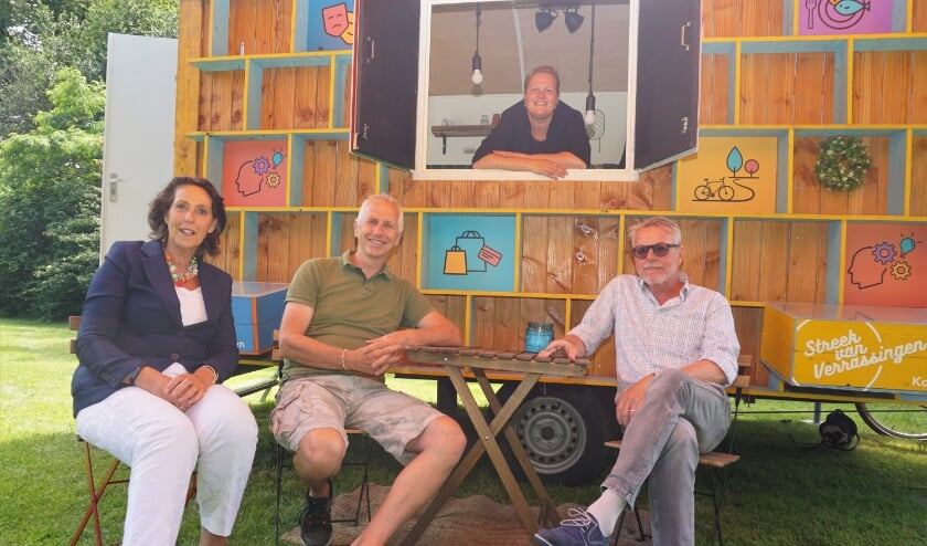 <p>Vlnr Antoinette van Deursen (directeur Kasteel Duivenvoorde), kasteelbeheerder Peter van der Meer, Dorien Broekhof van Leiden Marketing (in het raam) en Maurits von Heijden. Foto&#39;s: VSK</p>