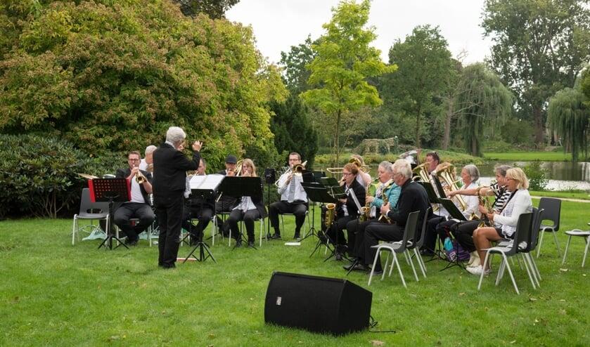 <p>Dirigente Nelleke de Vries geeft na de zomer het dirigeerstokje van het concertorkest door. Foto: Laurentius</p>
