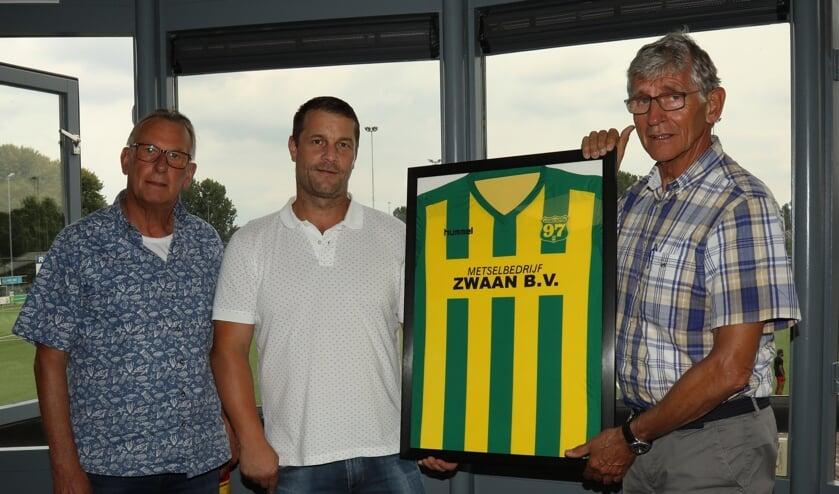 <p>Marco Zwaan, de nieuwe shirtsponsor van zaterdag 1 van Voorschoten &lsquo;97 met rechts clubvoorzitter Pieter van Dijken en links Hans Toor, voorzitter van de sponsorcommissie. </p>