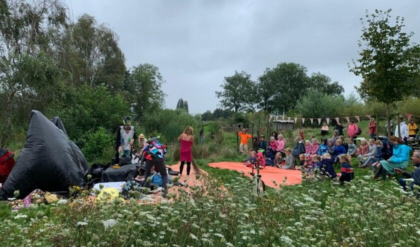 <p>Op safari naar de vuilnisbelt. Afgelopen weekend genoten kinderen van een toneelvoorstelling van Ploef. Foto: Natuurspeeltuin&nbsp;</p>
