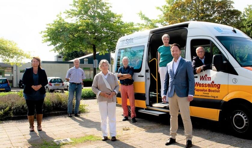 <p>Burgemeester Stemerdink kwam samen met wethouder De Bruijn kennismaken met de vrijwilligers van De Cirkelbus. Foto: De Vertelfotograaf</p>