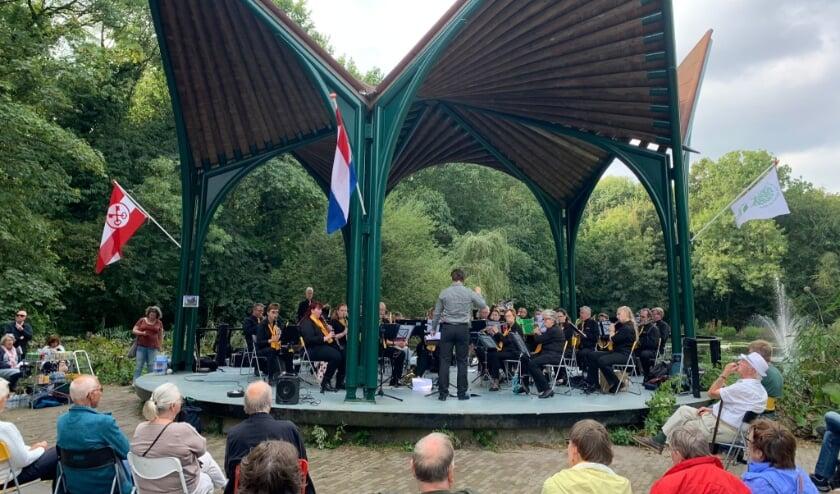 <p>Harmonie Voorschoten trad afgelopen zondag op in muziektent &#39;De Waterlelie&#39; in Leidse Hout</p>