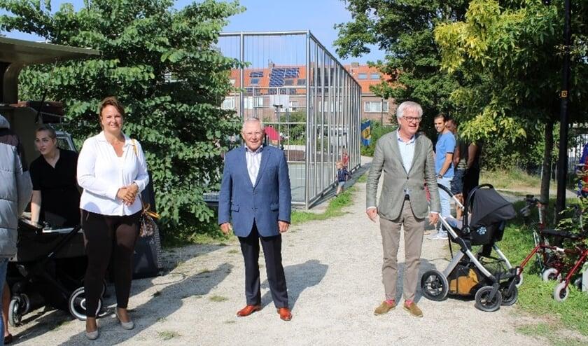 <p>Burgemeester Stemerdink en wethouder Cramwinckel (r) kwamen voorzitter Henk Overbosch en de buurtvereniging Recht door Recht feliciteren&nbsp;</p>