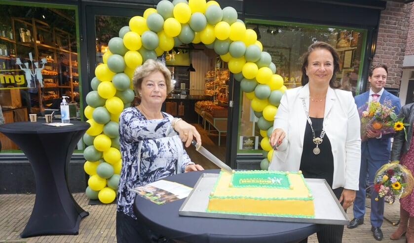 <p>Mevrouw Christa Hessing en Burgemeester Stemerdink verrichten de openingshandeling door symbolisch de taart aan te snijden</p>