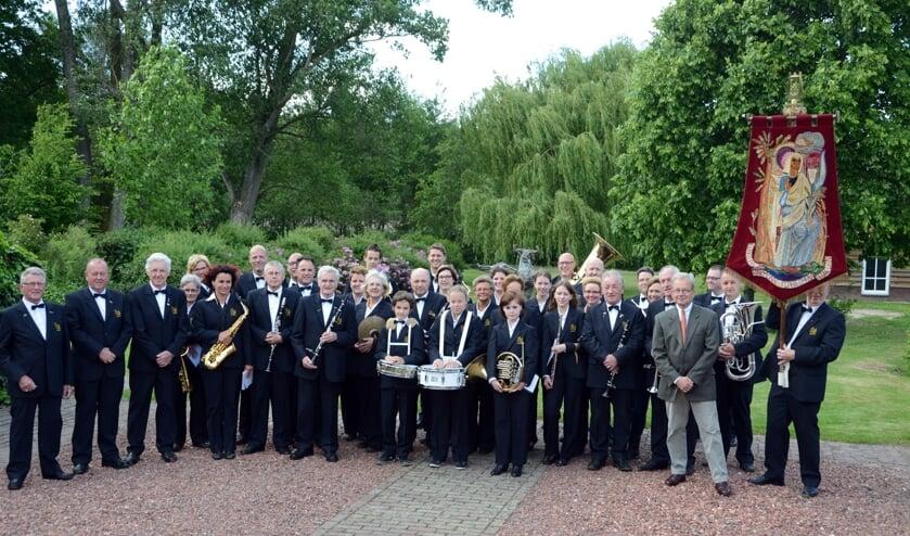 <p>De Fanfare Philomena met rechts op de voorgrond hun beschermheer Cees Bijloos</p>