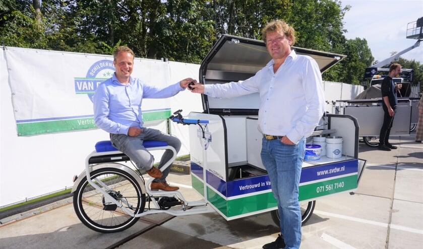 <p>Sven de Laaf van ZOEM.bike (l) overhandigt de sleutel van de eerste E-cargofiets aan Michael van Lochem van Van der Weide. Foto: VSK </p>