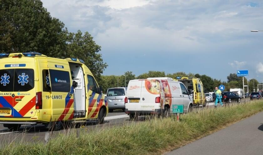 NIEUWERKERK - Maandagmiddag 17 augustus rond 16.10 uur heeft een ongeval tussen een bestelbus en een personenauto plaatsgevonden op de N59 in Nieuwerkerk. Bij het ongeval raakte twee personen gewond. Na behandeling van het ambulancepersoneel zijn beide slachtoffers overgebracht naar een ziekenhuis in de omgeving. Hoe de aanrijding heeft kunnen plaatsvinden is nog niet duidelijk. De politie zal onderzoek naar de toedracht van de aanrijding gaan doen. Een bergingsbedrijf zal de voertuigen gaan afslepen.