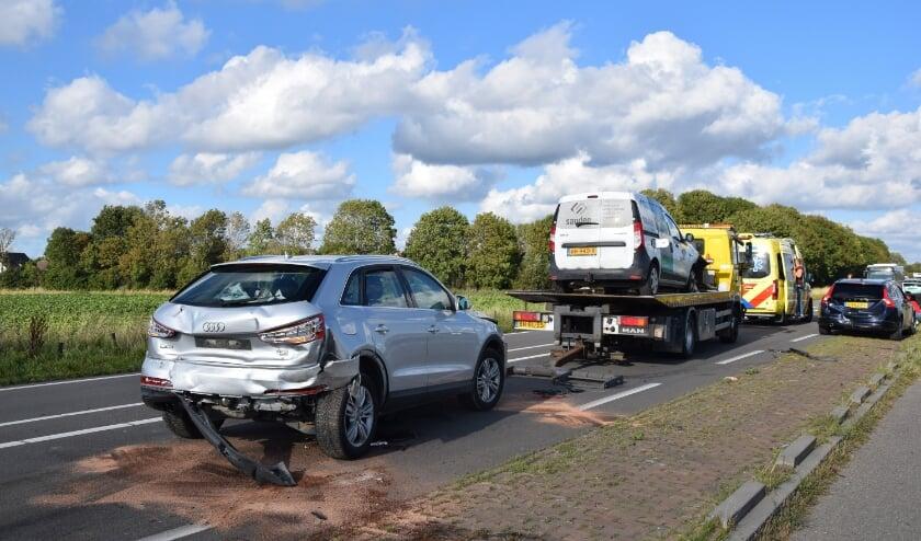 NIEUWERKERK - Maandagavond 24 augustus rond 18.00 uur heeft een ongeval plaatsgevonden tussen vier voertuigen aan de N59 in Nieuwerkerk. Drie personen raakte bij het ongeval gewond en Een persoon werd per ambulance naar het ziekenhuis overgebracht. Twee voertuigen waren dusdanig beschadigd, dat deze door een berger moest worden afgesleept. De andere twee voertuigen konden weer verder rijden.