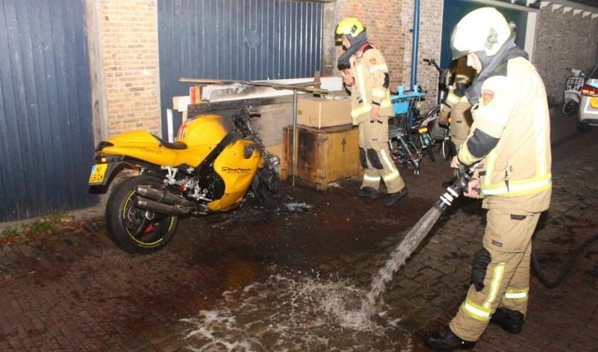 ZIERIKZEE - Donderdagmorgen 20 augustus rond 1.10 uur was brand ontstaan in een motor aan de Kapellestraat in Zierikzee. Een voorbijganger ontdekte de brand en waarschuwde de brandweer en de eigenaar. De eigenaar van de motor had het vuur snel onder controle maar kon niet voorkomen dat een groot deel van de motor werd verwoest. De brandweer heeft een nacontrole uitgevoerd en de resten van de voorkant nageblust. Het vermoeden bestaat dat het gaat om brandstichting. De politie doet onderzoek naar de oorzaak.