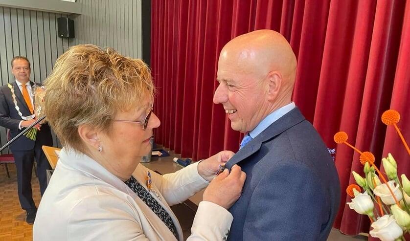 <p>Het enige echtpaar dat beiden hun lintje kregen onder toeziend oog van burgemeester Van der Hoek</p>