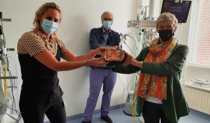 <p><em>Afdelingshoofd Marieke van Splunter (links) ontvangt &eacute;&eacute;n van de brillen van Arna de Wit, penningmeester van de stichting.</em></p>