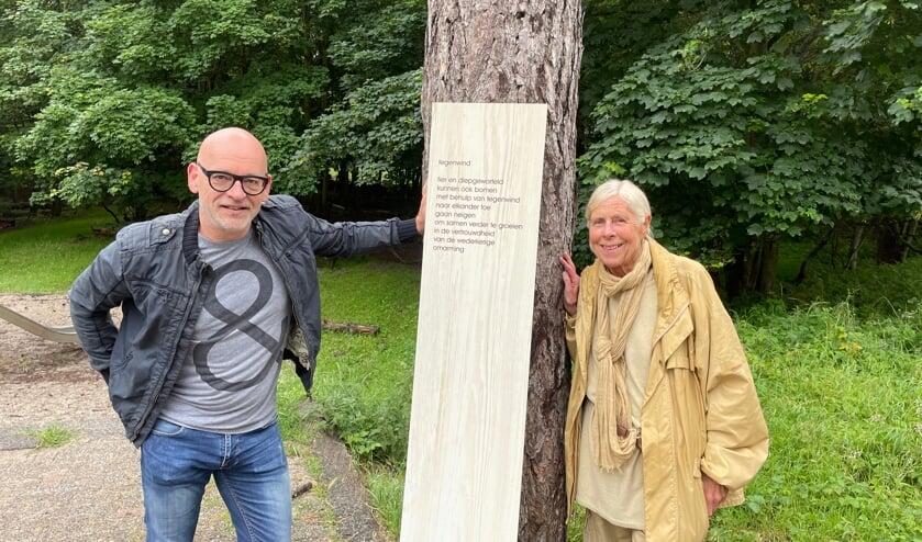 <p>Jeroen van 't Leven en Erna Jurg bij één van de gedichten in het klimbos.</p>