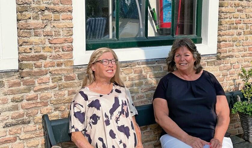 <p>Stephanie en Lineke maken een doorstart in het Ouwerkerkse dorpshuis.</p>