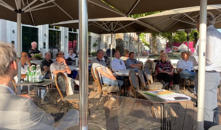 <p>De gemeente op het terras van Mondragon</p>