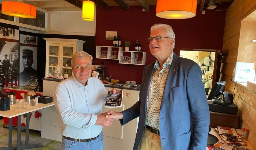 <p>Het eerste exemplaar was voor Ken Buth (links) uit handen van Cees van Liere</p>