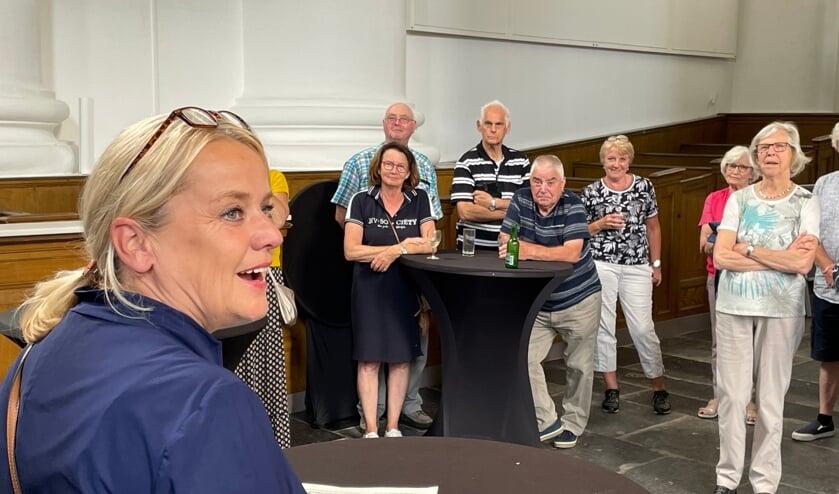 <p>Wethouder Jacqueline van Burg opent de expositie</p>