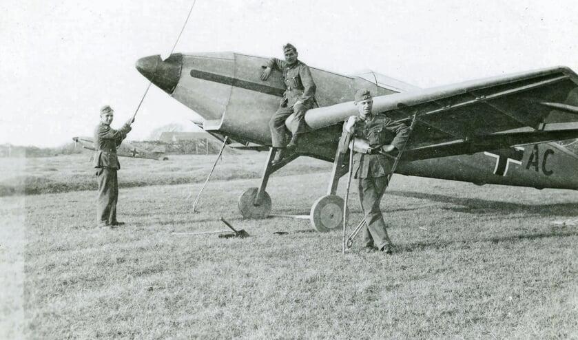 <p>Een dummy Messerschmitt Bf 109 op het schijnvliegveld van Haamstede dat zich op de Vroongronden tussen Haamstede en Renesse bevond. De Duitse codering voor schijnvliegveld Haamstede was Schein-Flugplatz 33 (SF-33). Juni 1940</p>