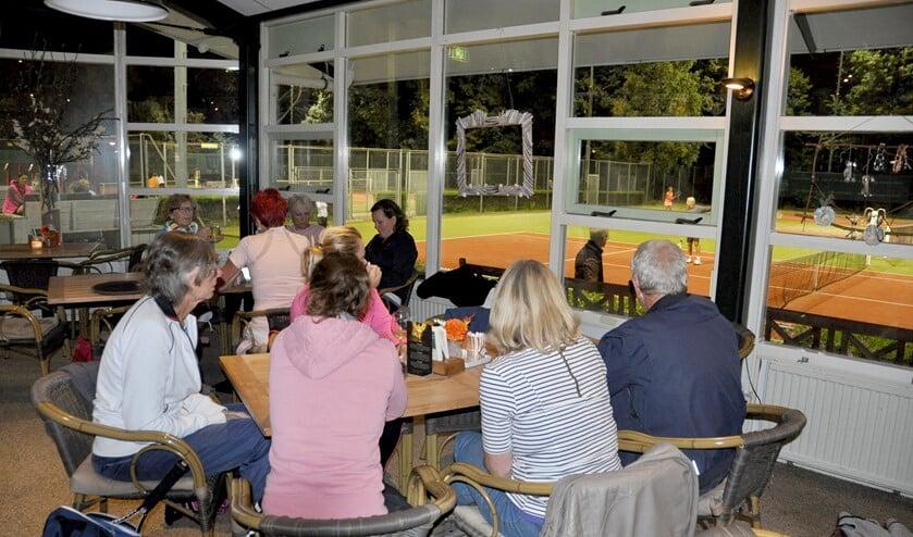 Gezellige nazit na het tennissen op Tennispark Overdam (archieffoto).