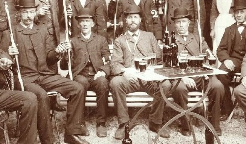 Michiel Antonie de Zwart (midden met baard) stond zijn vader bij in zijn werkzaamheden (archieffoto anno 1900).