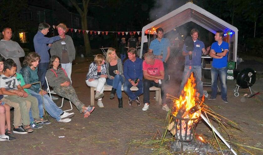 <p>Gezellige bijeenkomst tijdens Burendag op de Koningin Wilhelminalaan in Leidschendam (archieffoto).</p>