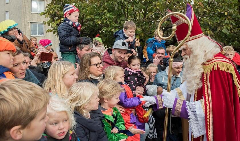 Sinterklaas krijgt een warm welkom in Voorburg en neemt de tijd voor de kinderen langs de kant (foto: Michel Groen).