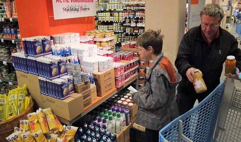 In de winkels zijn aparte stands waar producten voor de voedselbank staan, die men kan doneren (archieffoto pr).