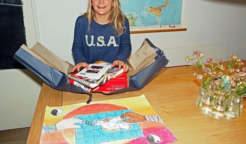 Vakjuryprijs Tess Veldhuis van De Vijverhofschool, met de prijs, de tekendoos (foto: Marianne Knijnenburg).