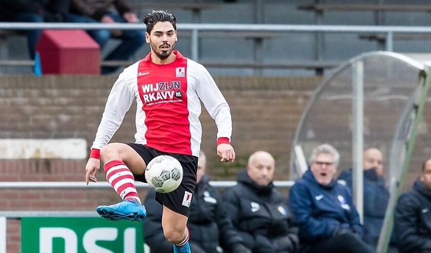 Verdediger Burak Huyuk (RKAVV) stond weer eens in de basiself, maar kon ook niet verhinderen dat het 1-1 werd (foto: Hans v.d. Valk).