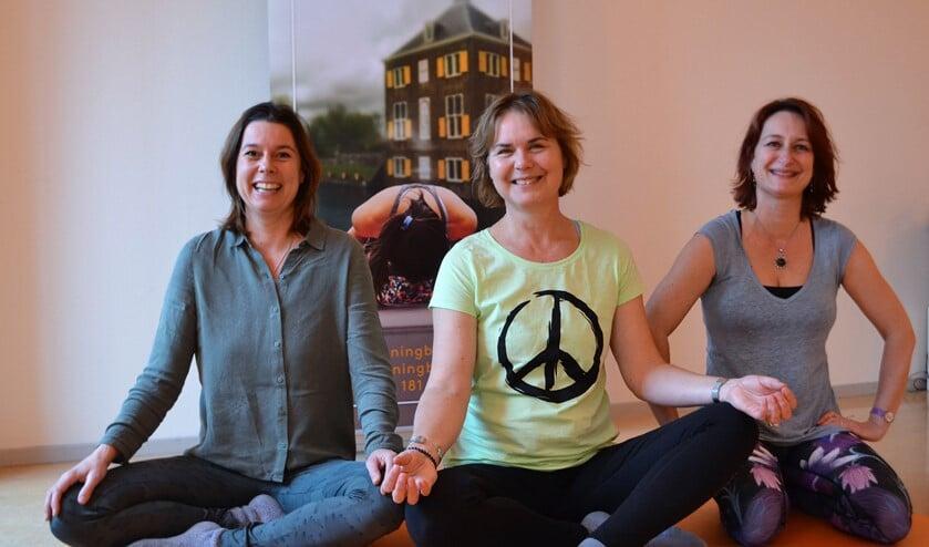 Jubine Nijmeijer, Anke de Hoop en Saskia Pinna-van Oyen in de yogazaal van Yogastudio Running Buddha (foto: Inge Koot).
