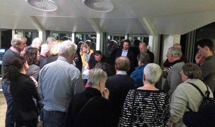 Inwoners (voor de coronacrisis) in gesprek over Klein Plaspoelpolder (archieffoto: gemeente LDVB).