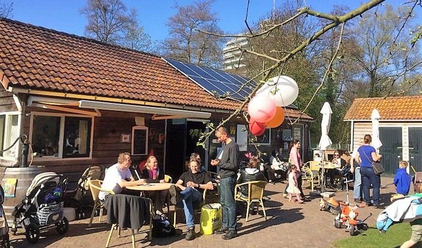 <p>Lekker in de zon op het terras zitten in de Stadstuin Rusthout (foto: Sanja Duijvestijn).</p>