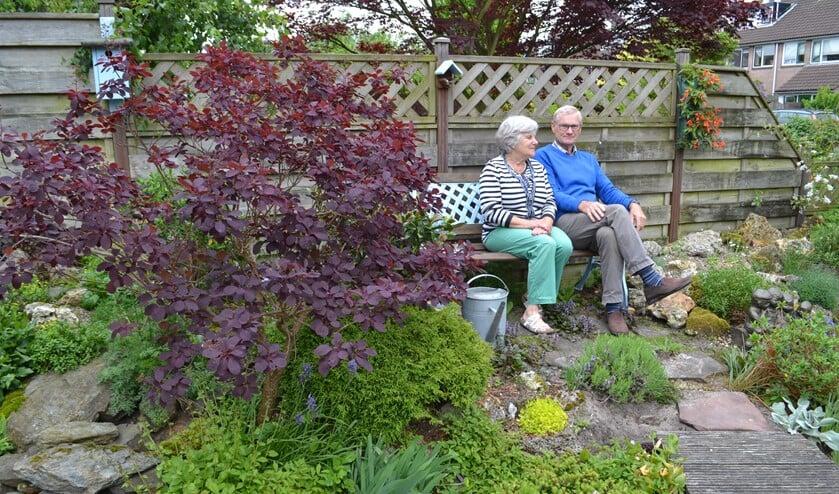 Jan en Gonnie raken niet uitgepraat over de vele activiteiten die de vereniging organiseert (foto: Inge Koot).