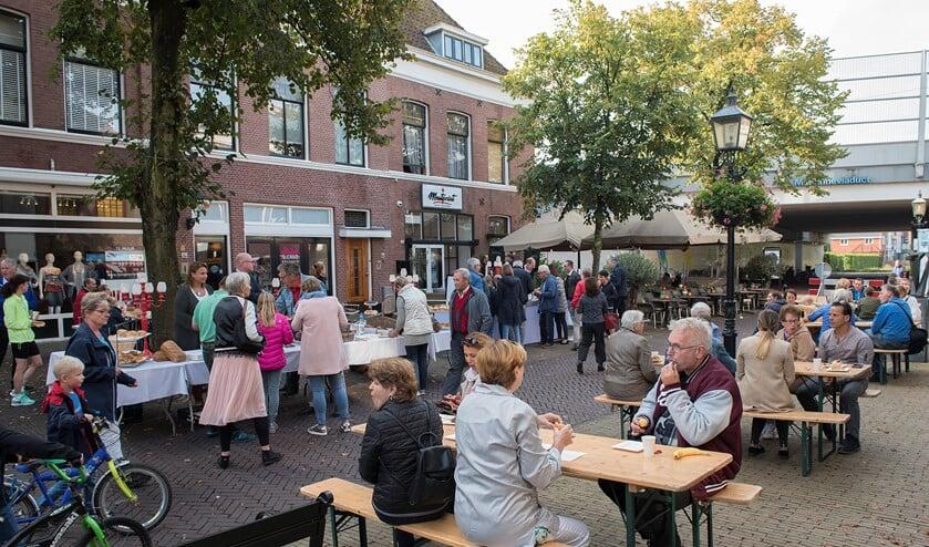 <p>Stadsontbijt in de Herenstraat in Voorburg. Dit jaar is er in alle drie de woonkernen een ontbijt (archieffoto).</p>