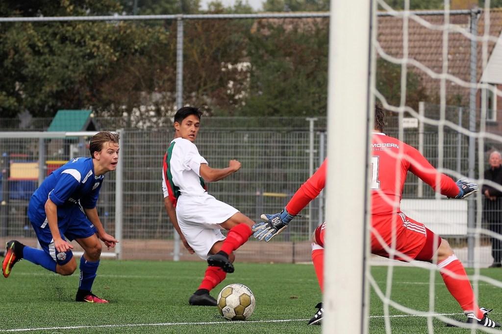 Enrico Geus (Stompwijk'92) brengt zijn club hier op 1-2 en later óók op 2-3 (foto: AW).  © Het Krantje