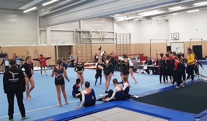 Het inturnen van de deelneemsters aan de turnwedstrijden in de nieuwe turnhal bij basisschool Cascade (foto: Remco Bruijne).