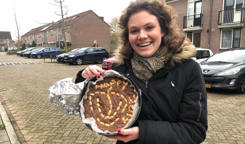 Het brandweerlogo siert de taart van Stefanie. (foto: Martijn Mastenbroek)