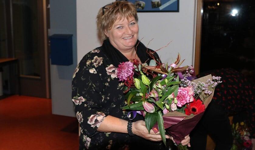 Aftredend secretaris Heidi van der Heiden met bloemen uitgezwaaid (foto: Lid van verdienste Marcel de Bakker)