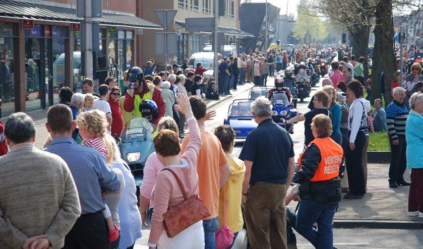 De tocht brengt ieder jaar duizenden mensen op de been. De Engelse Lus op de Oost- en Westlaan is het hoogtepunt van de motortoertocht. (foto's: Martijn Mastenbroek)