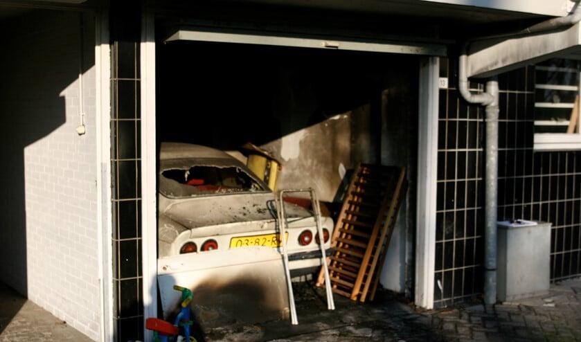 De uitgebrande garagebox aan de Burgemeester Keijzerlaan. Het is een raadsel wat er zich destijds heeft afgespeeld. (foto: Regio 15)