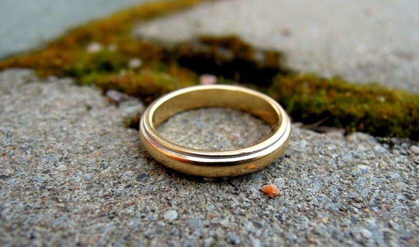 De ring op de foto is niet de ring van Tini. Die heeft een rood steentje.