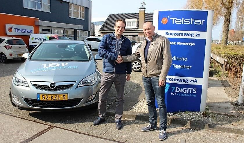 Erhard Soeterbroek van Telstar Uitgeverij en Martijn Hulsen van Toponderzoek bezegelen hun samenwerking (foto: Telstar Uitgeverij).