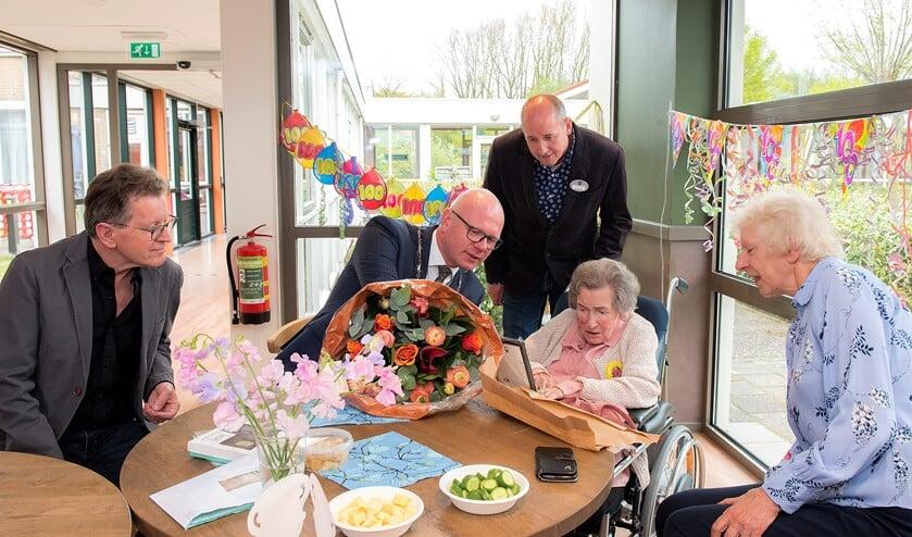 Burgemeester Klaas Tigealaar en mevrouw Sylvia Boot omringd door familie in gesprek (foto: Michel Groen).