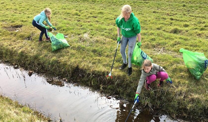 Kinderen aan de slag met het opruimen van zwerfafval (foto: pr).