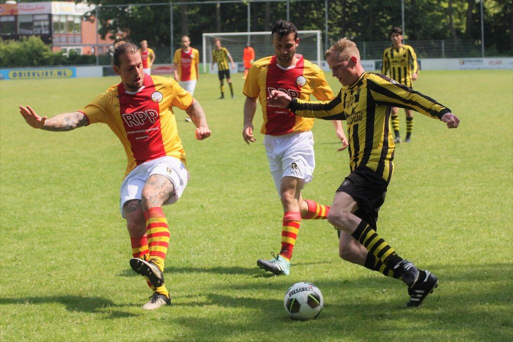 De constant mee opkomende linksback Jasper Wartna (Wilhelmus) scoorde (foto: AW).  © Het Krantje