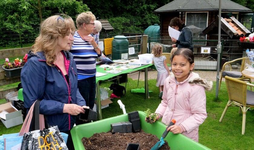 Bij de kraam van Groei & Bloei kon je plantjes halen, om die vervolgens zelf te planten en gratis mee naar huis te nemen (foto: Ot Douwes).